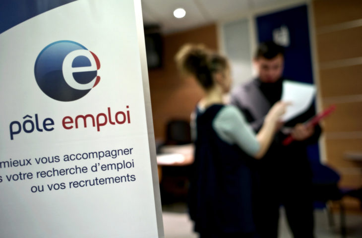 (FILES) - A file picture taken on February 29, 2009 in a Pole Emploi agency, France's employment agency in Dijon, eastern France, shows an employee giving assistance to a jobseeker. The number of registered French unemployed rose by 43,000 in January 2013 to 3.16 million, the labour ministry said on February 26, to just shy of a 16-year record.       AFP PHOTO / JEFF PACHOUD
